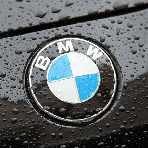 8937_The-BMW-logo-on-a-black-car-with-raindrops